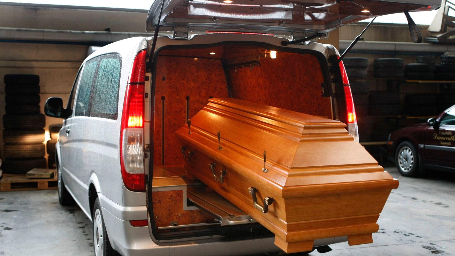 Wie tief wird ein Mensch vergraben und warum wird ein Leichnam geschminkt Ein Bestatter ...