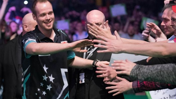 Darts in Berlin: Hopp unterliegt bei Premier-League-Debüt van Barneveld